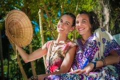 Deux amies heureuses souriant et appréciant sur la plage Photo libre de droits