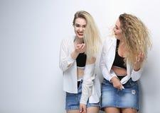 Deux amies heureux D'isolement sur le blanc Photographie stock