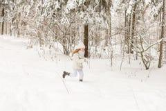 Deux amies jouant dans une forêt d'hiver Photo libre de droits