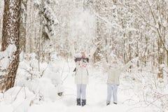 Deux amies jouant dans une forêt d'hiver Photo stock