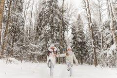 Deux amies jouant dans une forêt d'hiver Image stock