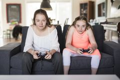 Deux amies jouant des jeux vidéo Image stock
