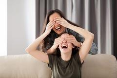 Deux amies jouent le cache-cache Images libres de droits