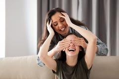 Deux amies jouent le cache-cache Photos stock