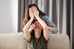 Deux amies jouent le cache-cache Images stock