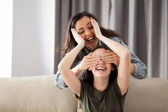 Deux amies jouent le cache-cache Photo stock