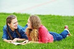 Deux amies lisant un livre Photographie stock