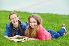 Deux amies lisant un livre Images libres de droits