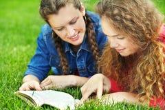 Deux amies lisant un livre Image stock