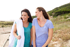 Deux amies marchant à la plage Image stock