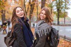 Deux amies marchant en parc d'automne Image stock