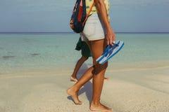 Deux amies marchant le long de la fin de côte d'océan  Photographie stock