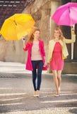 Deux amies marchant pendant le jour venteux Images libres de droits