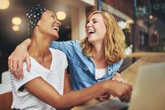 Deux amies multiraciales affectueuses de femmes Images libres de droits