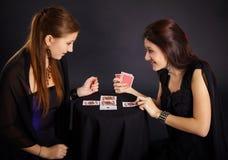 Deux amies occupés dans les cartes fortune-disantes Photographie stock