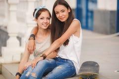Deux amies passent le temps ensemble dans la ville Photos stock