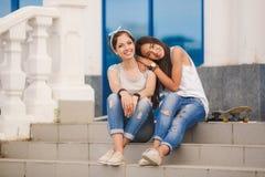 Deux amies passent le temps ensemble dans la ville Image libre de droits