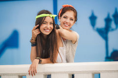 Deux amies passent le temps ensemble dans la ville Photographie stock libre de droits