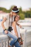 Deux amies passent le temps ensemble dans la ville Photo libre de droits