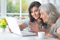 Deux amies pluses âgé avec un ordinateur portable Photos libres de droits