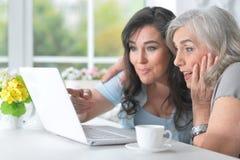 Deux amies pluses âgé avec un ordinateur portable Images stock