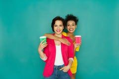 Deux amies posant au fond de studio d'azur Images libres de droits