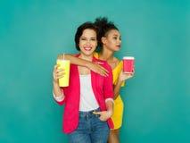 Deux amies posant au fond de studio d'azur Image libre de droits