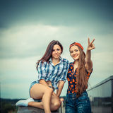 Deux amies positives de hippie Photographie stock libre de droits