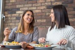 Deux amies prenant le déjeuner ensemble à un restaurant Image stock