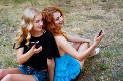 Deux amies prenant un selfie Photo libre de droits