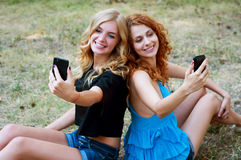 Deux amies prenant un selfie Photo stock