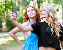 Deux amies prenant un selfie Photographie stock