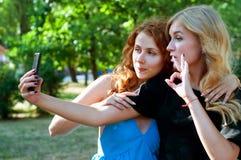 Deux amies prenant un selfie Image libre de droits