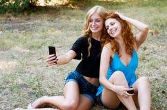 Deux amies prenant un selfie Images stock