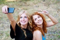 Deux amies prenant un selfie Photos libres de droits