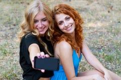 Deux amies prenant un selfie Photos stock
