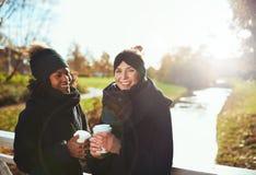 Deux amies regardant l'appareil-photo et le sourire Photo libre de droits