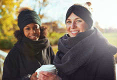 Deux amies regardant l'appareil-photo et le sourire Image libre de droits