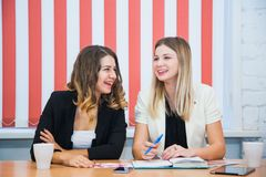 Deux amies reposent ensemble l'entretien discutent le sourire Photographie stock libre de droits