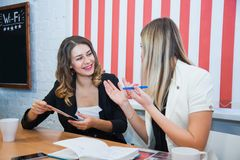 Deux amies reposent ensemble l'entretien discutent le sourire Image stock