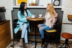 Deux amies s'asseyant en café Photographie stock