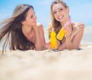 Deux amies se reposant sur la plage Image libre de droits
