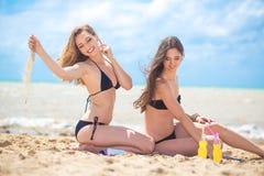 Deux amies se reposant sur la plage Images libres de droits