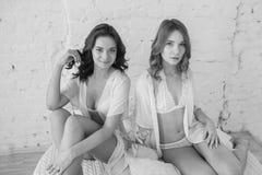 Deux amies sexy de filles dans la chambre à coucher Image stock