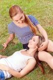 Deux amies sur l'herbe en parc Photographie stock