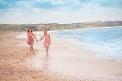Deux amies sur la plage d'été Photographie stock libre de droits