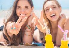Deux amies sur la plage d'été Image libre de droits
