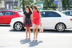 Deux amies traversant la route Photo libre de droits