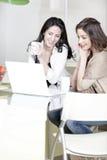Deux amis à l'aide d'un ordinateur portable Photographie stock