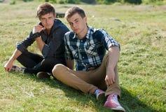 Deux amis à l'extérieur Photographie stock libre de droits
